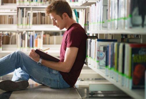 喜欢看书的男生的特点
